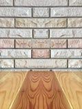 Leere Spitze des braunen Holztischs über Backsteinmauerhintergrund Stockbild