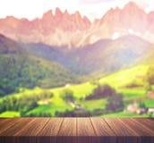 Leere Spitze des Holztischs für Montageproduktanzeige oder Designschlüsselsichtplan Lizenzfreies Stockbild
