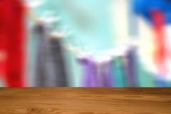 Leere Spitze des Holztischs oder des Zählers auf abstraktem undeutlichem und weich Stockbild