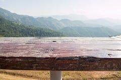 Leere Spitze des Holztischs und unscharfe Ansicht von Berg-backgroun Lizenzfreie Stockfotografie