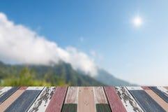 Leere Spitze des Holztischs und unscharfe Ansicht von Berg-backgroun Stockbilder