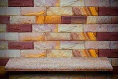 Leere Spitze von Natursteinregalen und von Steinwandhintergrund lizenzfreies stockbild