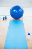 Leere Sporthalle mit Sportball auf Hintergrund Lizenzfreies Stockfoto