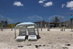 Leere Stühle auf dem Strand. Stockfotos