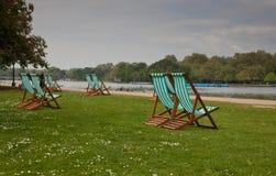 Leere Stühle bei Hyde Park Lizenzfreie Stockfotos