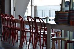 Leere Stühle an den leeren Tischen Stockfotos