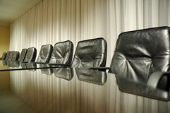 Leere Stühle in der leeren Chefetage Stockfoto