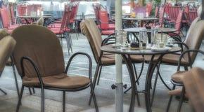 Leere Stühle, Gäste nirgendwo Stockbild
