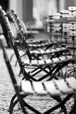 Leere Stühle im Biergarten Lizenzfreies Stockbild