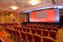 Leere Stühle im Konferenzsaal Lizenzfreie Stockfotos