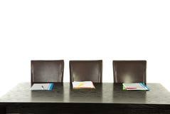 Leere Stühle und Tabelle Stockbild