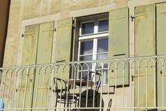 Leere Stühle und Tabelle auf einem Balkon Lizenzfreies Stockfoto