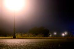 Leere Stadtstraße nachts stockfoto