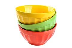 Leere, Staplungs-, farbige Schüsseln (rot, gelb, Grün), an lokalisiert Stockbilder