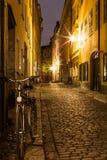 Leere Straße in alter Stadt Stockholms nachts. Stockfoto
