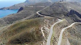 Leere Stra?e auf Bergen mit Seehintergrund stock footage