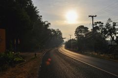 Leere Straße auf dem Morgen lizenzfreies stockbild