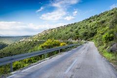 Leere Straße auf Hvar-Insel, Kroatien lizenzfreie stockfotos