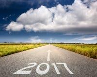 Leere Straße bis bevorstehendes 2017 gegen die große Wolke Lizenzfreies Stockbild