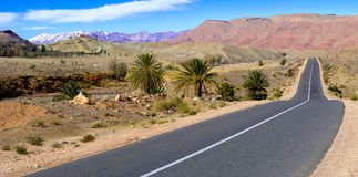 Leere Straße in den Atlasbergen, Marokko Lizenzfreie Stockbilder