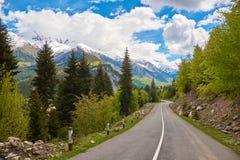 Leere Straße in den Bergen von Svaneti stockbild