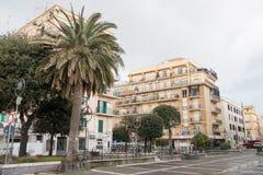 leere Straße der europäischen Stadt unter bewölktem Himmel, Anzio, Italien Lizenzfreie Stockbilder