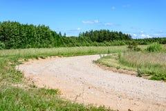 leere Straße in der Landschaft im Sommer Stockbild