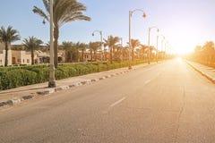 Leere Straße in der Stadt bei Sonnenuntergang Lizenzfreies Stockbild