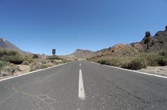 Leere Straße in der Wüste zur Unendlichkeit Stockbild