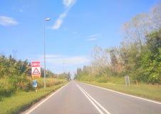 Leere Straße des Verkehrsschild-Brettes stockfotografie