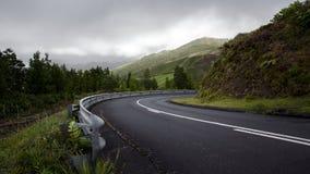 Leere Straße, die an das Recht bei den Azoren Portugal sich wendet stockbilder