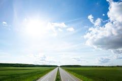 Leere Straße, die in Richtung zum Horizont führt lizenzfreie stockbilder