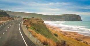 Leere Straße entlang Neuseeland-Küste Lizenzfreies Stockfoto