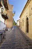 Leere Straße im Ferndorf, Italien Lizenzfreies Stockbild