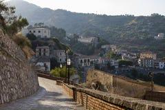 Leere Straße im Ferndorf, Italien Lizenzfreie Stockfotografie