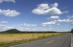Leere Straße im Land stockfotos