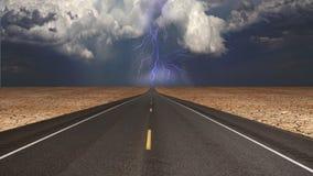 Leere Straße im Wüstensturm Stockfotos