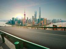 Leere Straße maserte Boden mit Vogelperspektive an Shanghai-Promenade SK Stockfotos