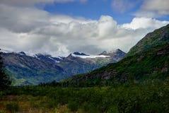 Leere Straße mit Bergblick in Alaska Vereinigte Staaten von Ameri Lizenzfreies Stockfoto