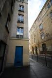 Leere Straße mit blauer Tür in Paris stockfotos
