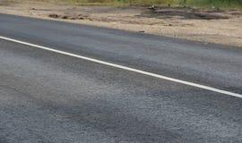 Leere Straße mit Fahrbahnmarkierung Lizenzfreie Stockfotos