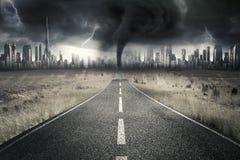 Leere Straße mit Gewitter am Himmel Lizenzfreies Stockbild
