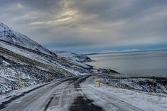 Leere Straße mit isländischer Landschaft während der Sünde der Abend herein Stockbild