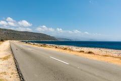 Leere Straße nach Guantanamo mit dem Ozean Kuba Lizenzfreie Stockfotos