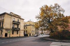Leere Straßen der Stadt im Herbst Stockbild