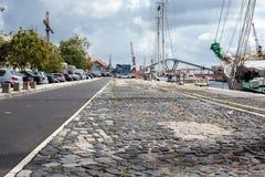 Leere Straßenstraße in der Stadt mit Himmel lizenzfreie stockfotografie