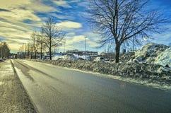 Leere Straße in einem Feiertag in einer Stadt unter dem blauen Himmel mit nettem Stadtbild lizenzfreie stockfotos