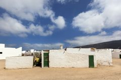 Leere Stra?e mit Sand und wei?e H?user in Caleta de Sebo auf dem Insel La Graciosa stockbild