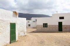 Leere Stra?e mit Sand und wei?e H?user in Caleta de Sebo auf dem Insel La Graciosa lizenzfreies stockfoto