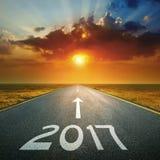 Leere Straße bis bevorstehendes 2017 bei Sonnenaufgang Lizenzfreies Stockfoto